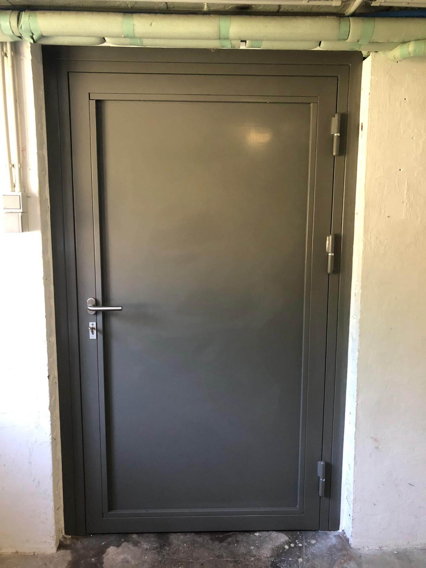 Porte de cave en acier
